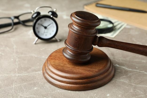 Koncepcja prawa z młotkiem sędziego na szarym teksturowanym stole