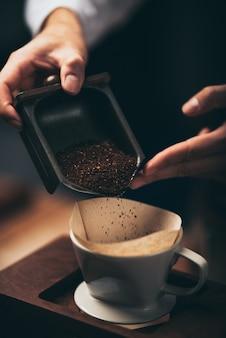 Koncepcja procesu filtra kroplowego kawy z ekspresu do kawy, kawiarnia w stylu vintage