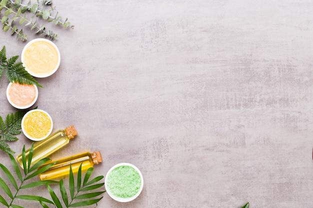Koncepcja produktów kosmetycznych do aromaterapii spa, tło spa z miejscem na tekst, leżał płasko, widok z góry.