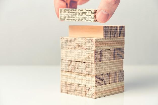 Koncepcja programowania binarnego wykonana z abstrakcyjnych drewnianych klocków.