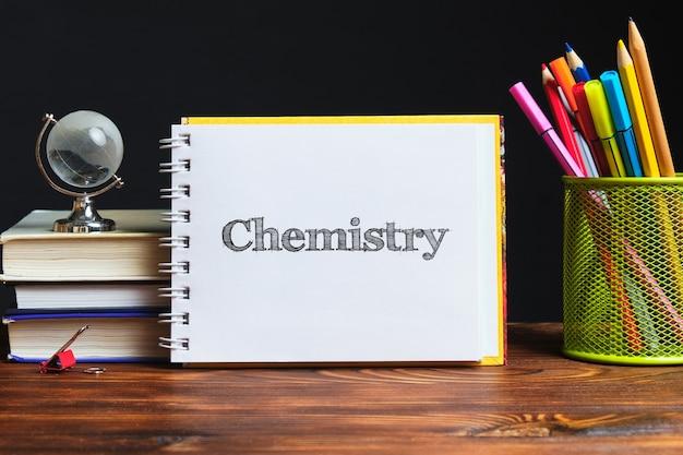 Koncepcja programu edukacyjnego do nauczania chemii z widokiem z góry.