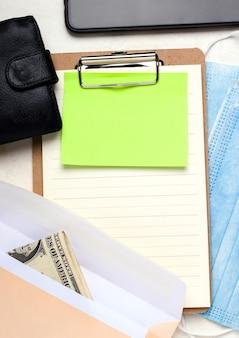 Koncepcja programu ochrony wynagrodzeń pożyczki ppp. portfel z pieniędzmi na pustym formularzu.