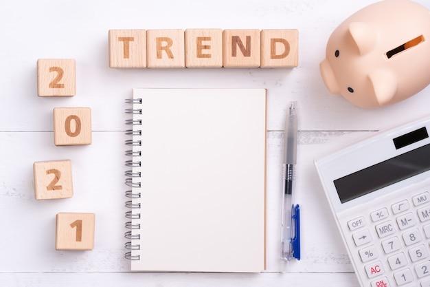 Koncepcja projektowa trendu finansowego 2021 z pustym notatnikiem