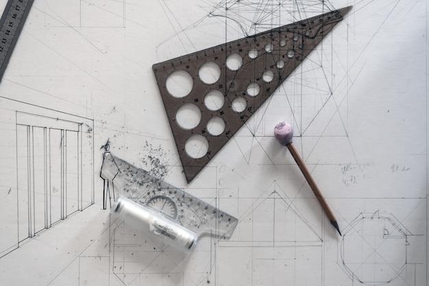 Koncepcja projektu architektonicznego. widok z góry rysowania na papierze z linijkami i ołówkami