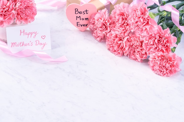 Koncepcja projektu - piękny bukiet goździków na marmurowym białym tle, widok z góry, miejsce na kopię, z bliska. inspiracja na prezent na dzień matki.