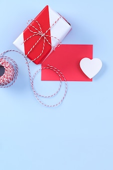 Koncepcja projektu walentynki - czerwone, białe pudełko na prezent na jasnoniebieskim tle