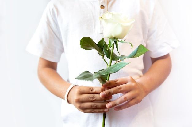 Koncepcja protestu na białorusi. mężczyzna z białą bransoletką trzymający biały kwiat