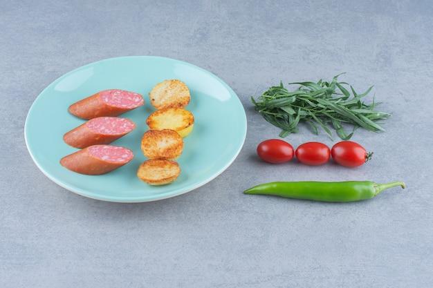 Koncepcja przekąski. salami i smażony ziemniak.