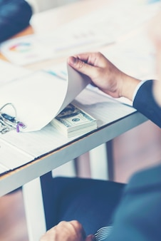 Koncepcja przekupstwa i korupcji, przekupstwo w postaci banknotów dolarowych