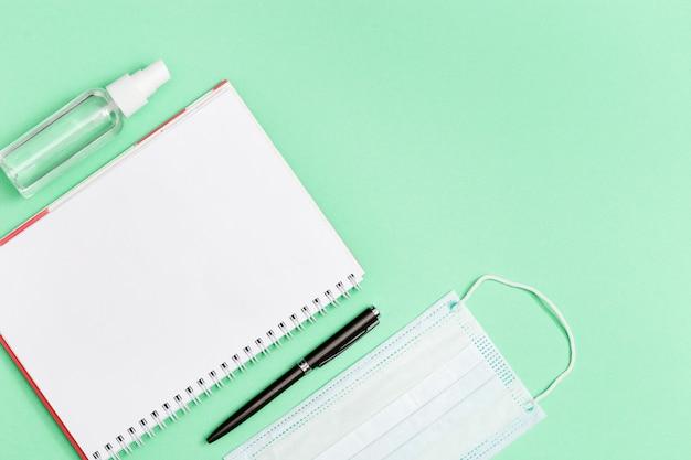 Koncepcja przestrzeni roboczej z wyposażeniem ochronnym i notebookiem