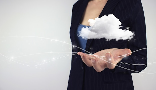 Koncepcja przetwarzania w chmurze. ręka trzymaj chmurę danych z hologramem cyfrowym