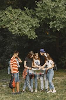 Koncepcja przygody, podróży, turystyki, wędrówki i ludzi. para w lesie.