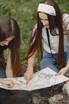 Koncepcja przygody, podróży, turystyki, wędrówki i ludzi. trzy dziewczyny w lesie.