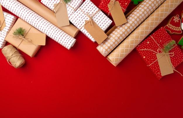 Koncepcja przygotowania świąteczne z papieru do pakowania, pudełka na prezenty na czerwono