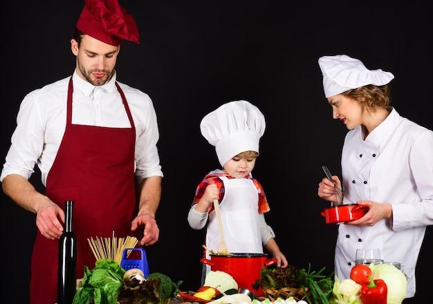 Koncepcja przyjaznej rodziny szczęśliwej rodziny w kuchni zdrowe jedzenie w domu wspólne przygotowanie