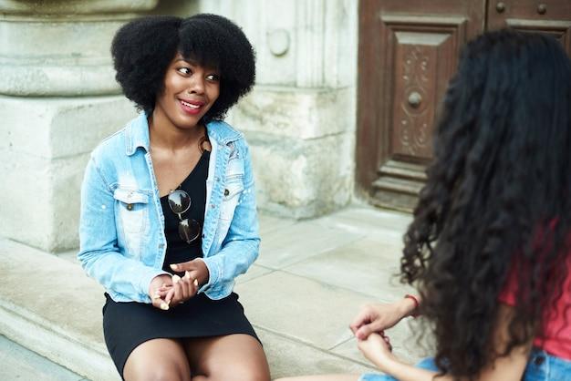 Koncepcja przyjaźni communicationnd. młode dziewczyny różnych ras komunikują się