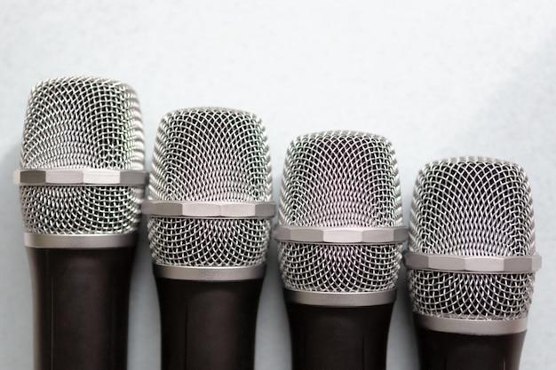 Koncepcja przywództwa. grupa mikrofonów ze złotym. wolność wypowiadania się.