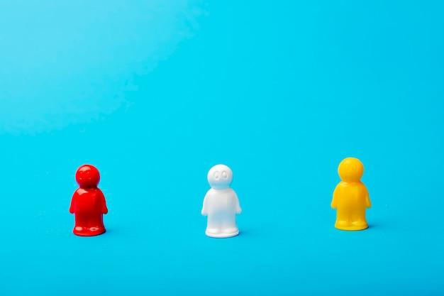 Koncepcja przywództwa. na niebieskim tle, postacie mężczyzn, czerwona postać służy jako lider. biznes i praca w zespole społecznym, osiąganie sukcesu, samorealizacja. ustal sobie pozycję lidera branży