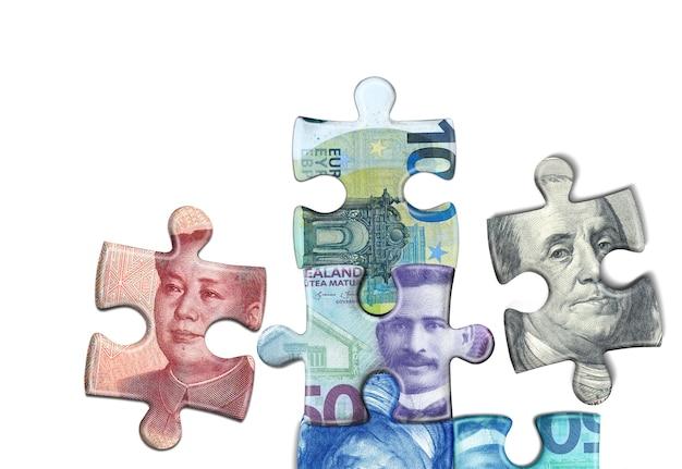 Koncepcja puzzle waluty pieniędzy na białym tle
