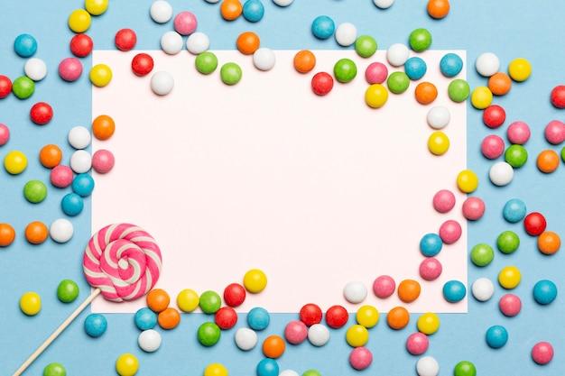 Koncepcja pyszne cukierki z miejsca na kopię