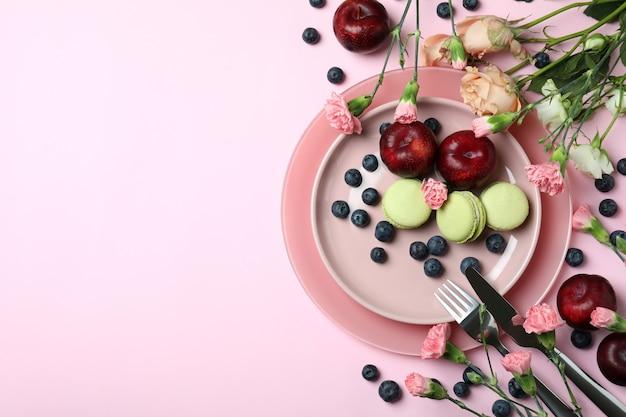 Koncepcja pysznego jedzenia na różowym tle