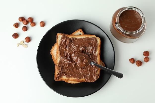 Koncepcja pysznego jedzenia z pastą czekoladową na białym tle