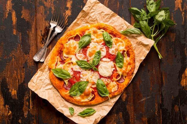 Koncepcja pysznej pizzy na drewnianym stole