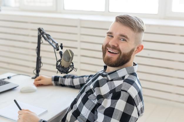 Koncepcja radia, didżeja, blogowania i ludzi - człowiek pracujący jako dj w radiu