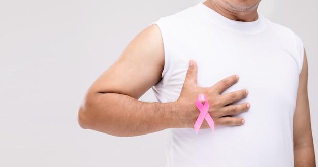 Koncepcja raka piersi u mężczyzn: portret azjata i różowa wstążka symbol kampanii raka piersi.