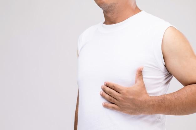 Koncepcja raka piersi u mężczyzn: portret azjatyckiego mężczyzny w postawie opieki lub ochrony przed rakiem piersi.