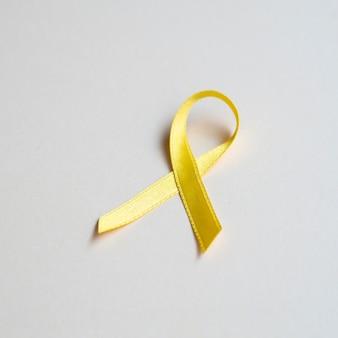 Koncepcja raka złota wstążka wysoki kąt