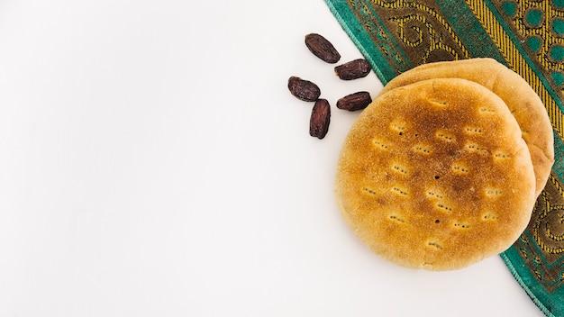 Koncepcja ramadan z chlebem arabskim i daty