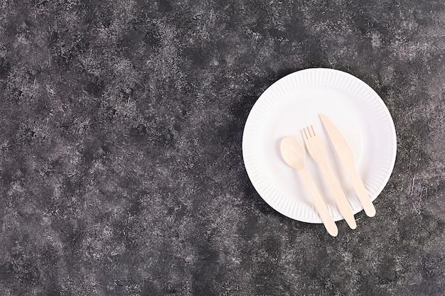 Koncepcja recyklingu. stół do serwowania z ekologicznymi sztućcami