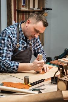 Koncepcja ręcznej produkcji rzemieślniczej wyrobów skórzanych.