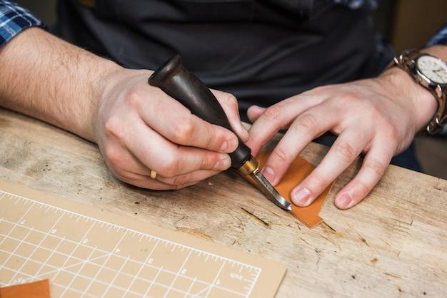 Koncepcja ręcznie robionej produkcji wyrobów skórzanych.