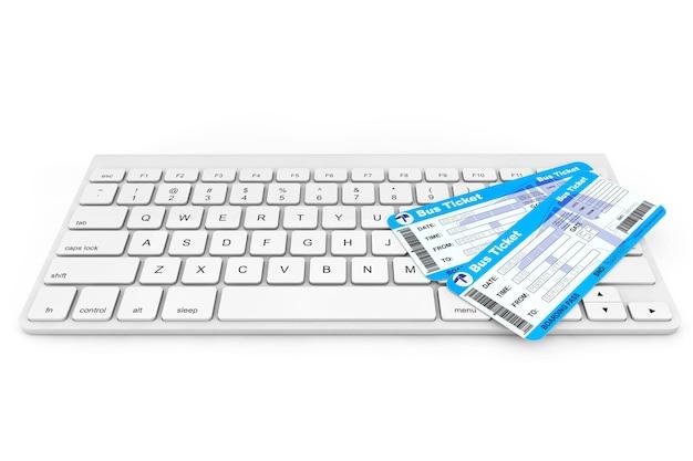 Koncepcja rezerwacji online. klawiatura komputerowa z biletami autobusowymi na białym tle