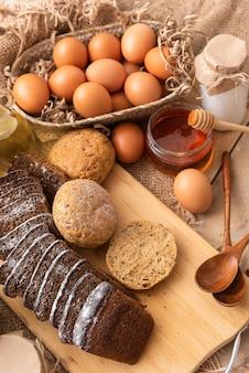 Koncepcja robienia pysznych domowych bułeczek i chleba.
