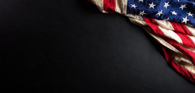 Koncepcja rocznicy martina luthera kinga. amerykańska flaga na czarnym tle drewnianych