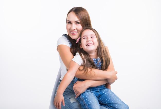Koncepcja rodziny, dzieci i macierzyństwa - młoda mama i córka spędzają razem czas