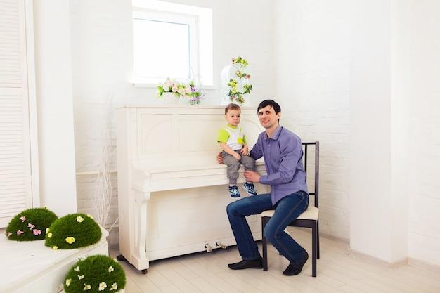 Koncepcja rodziny, dzieci i ojcostwa - ojciec i syn o dobry czas.
