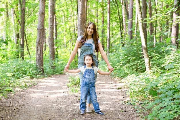 Koncepcja rodziny i przyrody - matka i córka wspólnie spędzają czas na świeżym powietrzu.