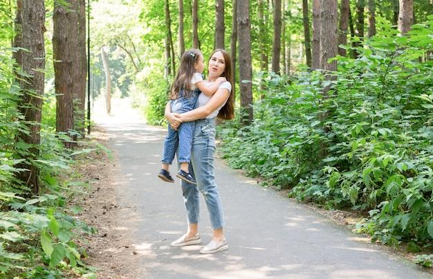 Koncepcja rodziny i przyrody - młoda kobieta posiada małą córeczkę.