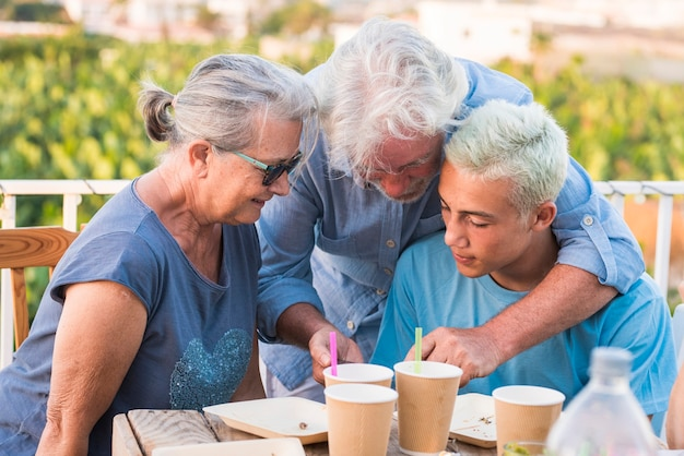 Koncepcja rodziny wspólnie spędzają czas na świeżym powietrzu z wnukiem nastolatka i dziadkami