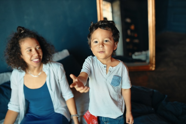 Koncepcja rodziny, zabawy, radości, wspólnoty i wypoczynku. atrakcyjna młoda hiszpanka samotna matka ciesząca się słodkimi chwilami macierzyństwa