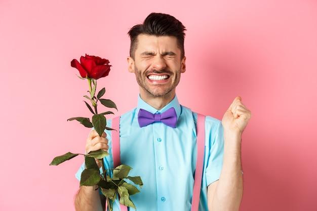 Koncepcja romans i walentynki. pełen nadziei mężczyzna czuje się podekscytowany przed randką
