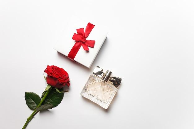 Koncepcja romantycznego prezentu w postaci kwiatów, pudełek z biżuterią i perfumami