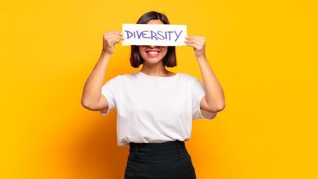 Koncepcja różnorodności młoda ładna kobieta
