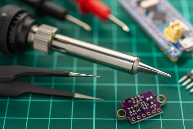 Koncepcja Rozwoju Elektroniki. Hobby To Elektronika. Lutownica I Narzędzia Na Pulpicie. Premium Zdjęcia