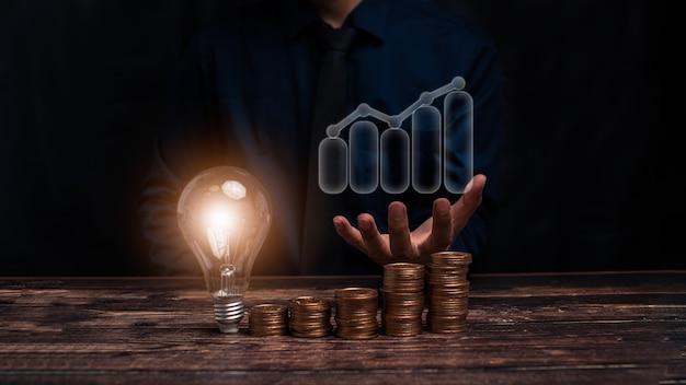 Koncepcja rozwoju, postępu lub sukcesu firmy. biznesmen lub handlowiec pokazuje rosnący zapas wirtualnych hologramów, inwestuje w ilustrację handlową