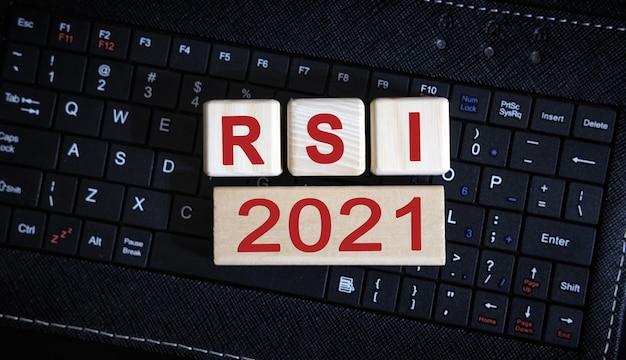 Koncepcja rsi 2021. drewniane kostki na czarnej klawiaturze.